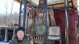 giant sculpture of Leonardo Da Vinci